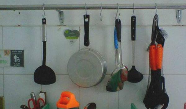 menggantung peralatan dapur
